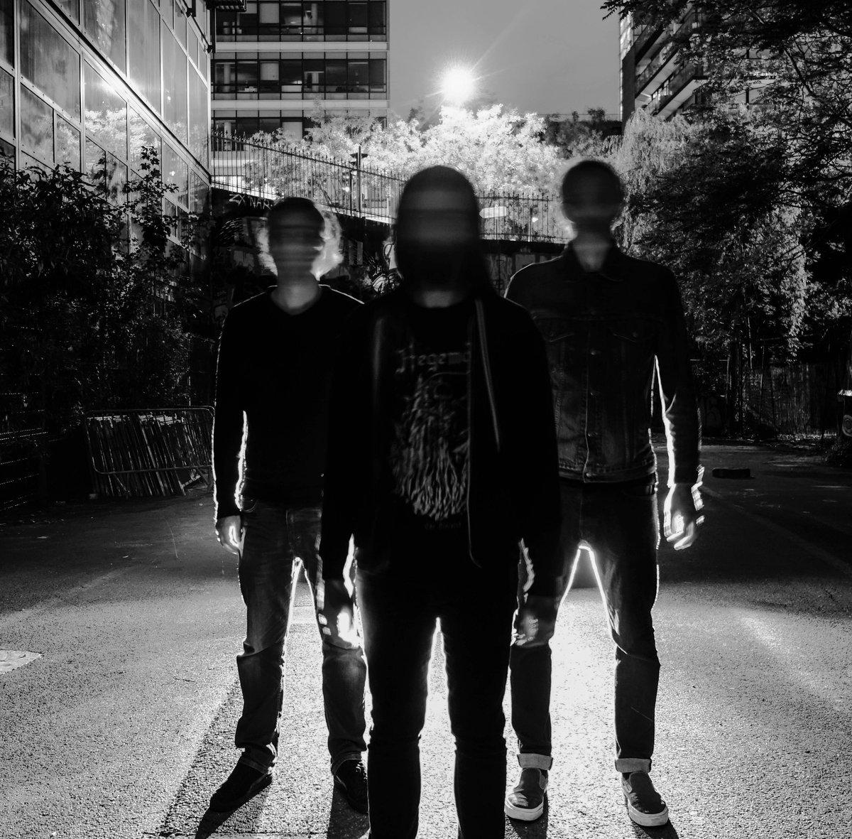 Le trio NATURE MORTE baignant dans l'obscurité.
