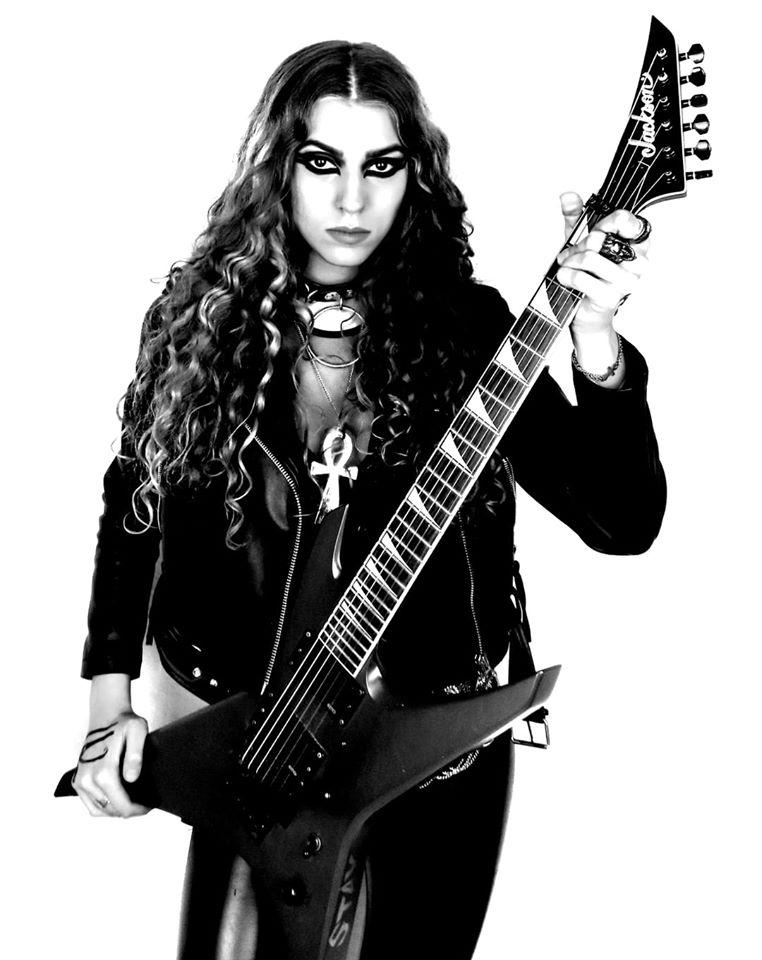 La guitare pharamineuse de SONIA ANUBIS.